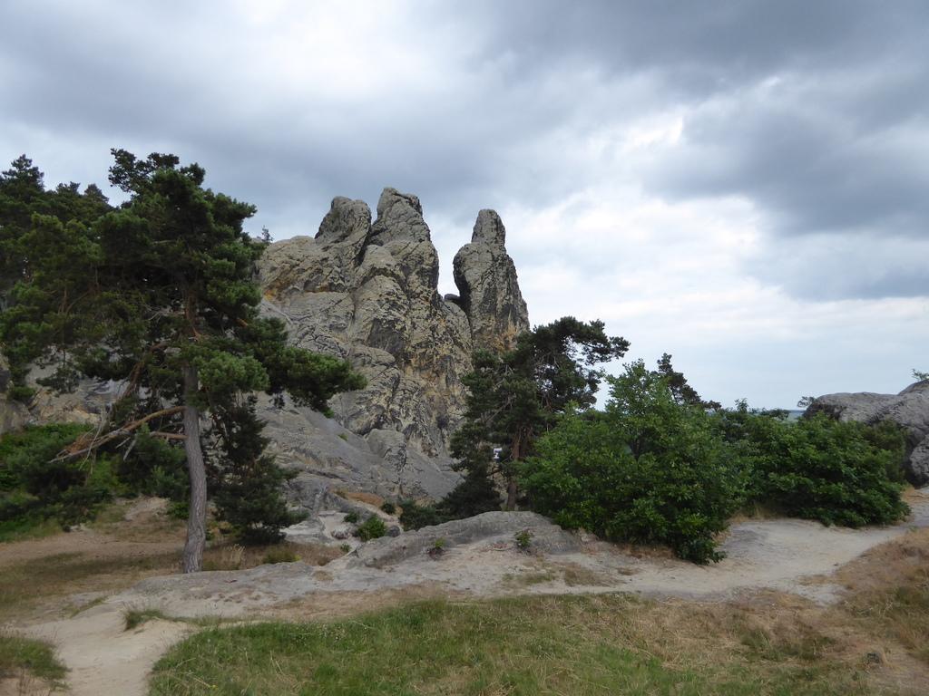 dicht vor dem Felsen