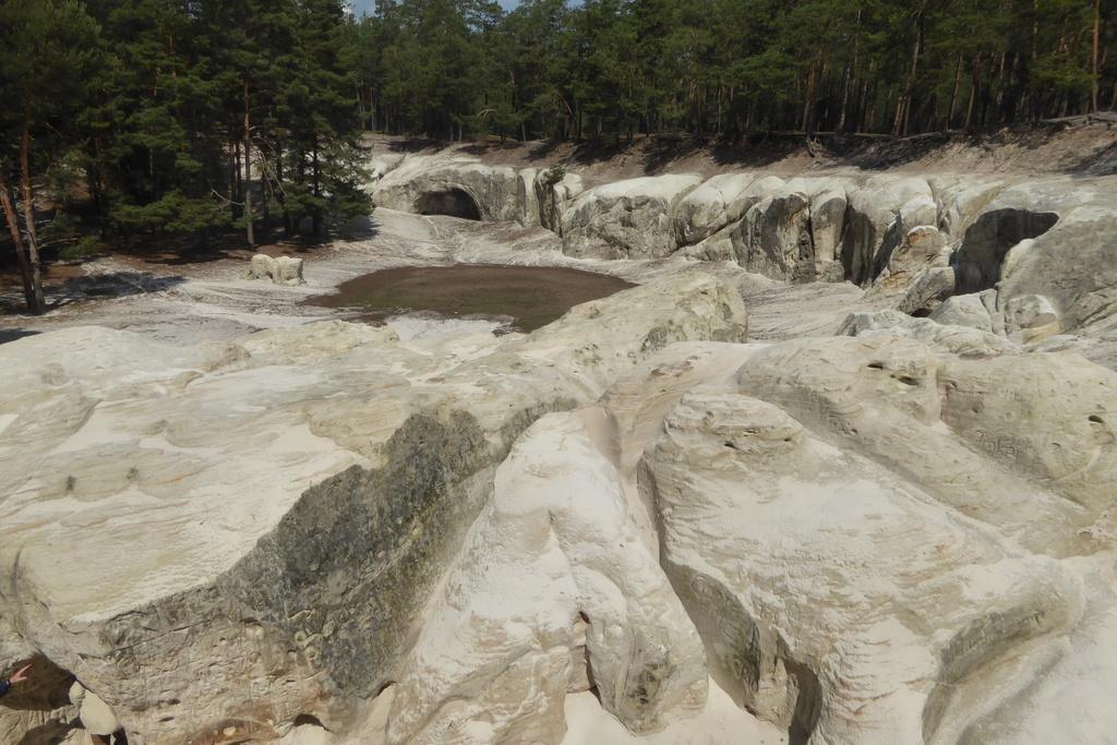 Rings um den Platz liegen große Höhlen