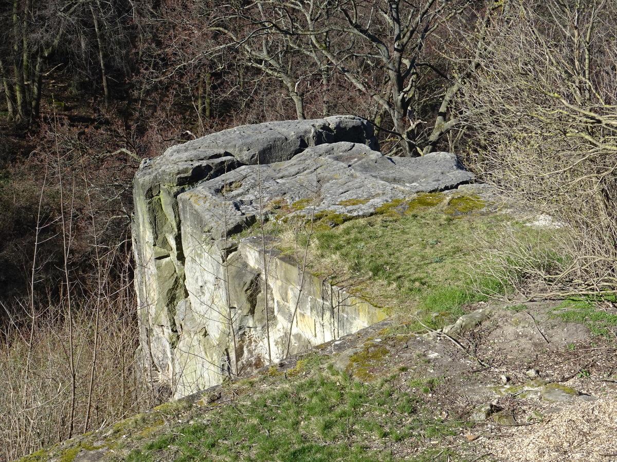 Der obenauf glatt geschliffene Felsenblock