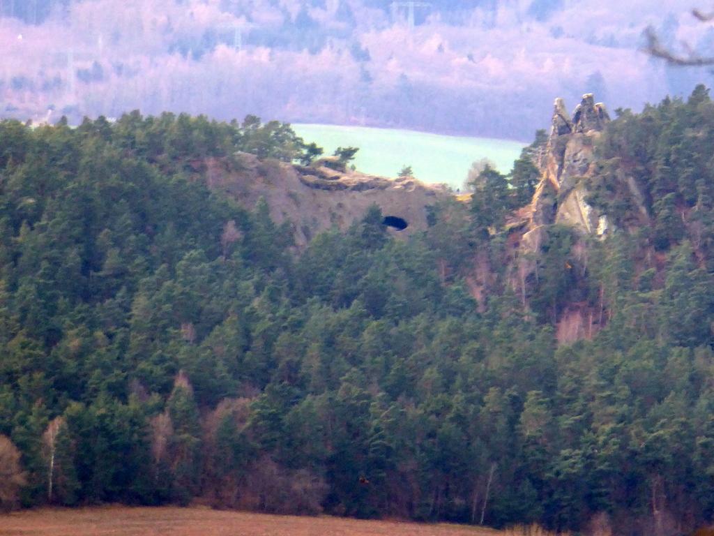 Ansicht der Felsen mit der Höhle von Norden
