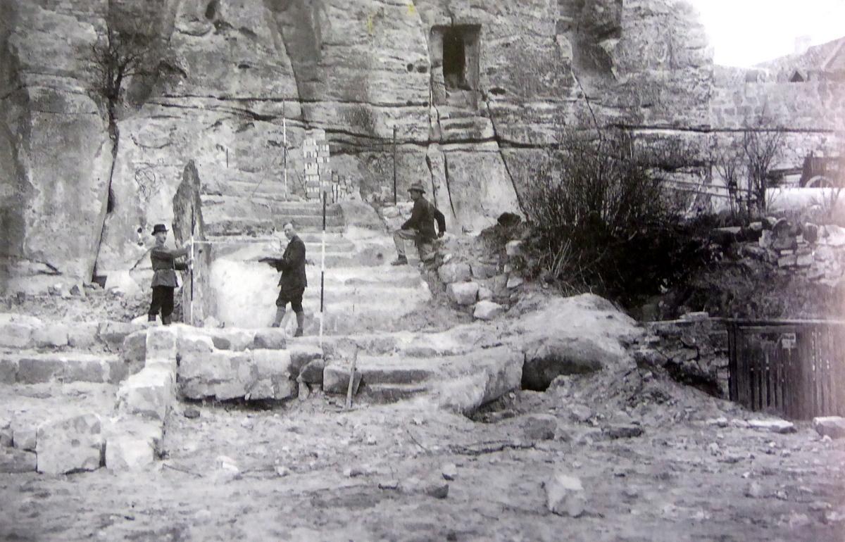 historische Aufnahme beim Freilegen der Treppe