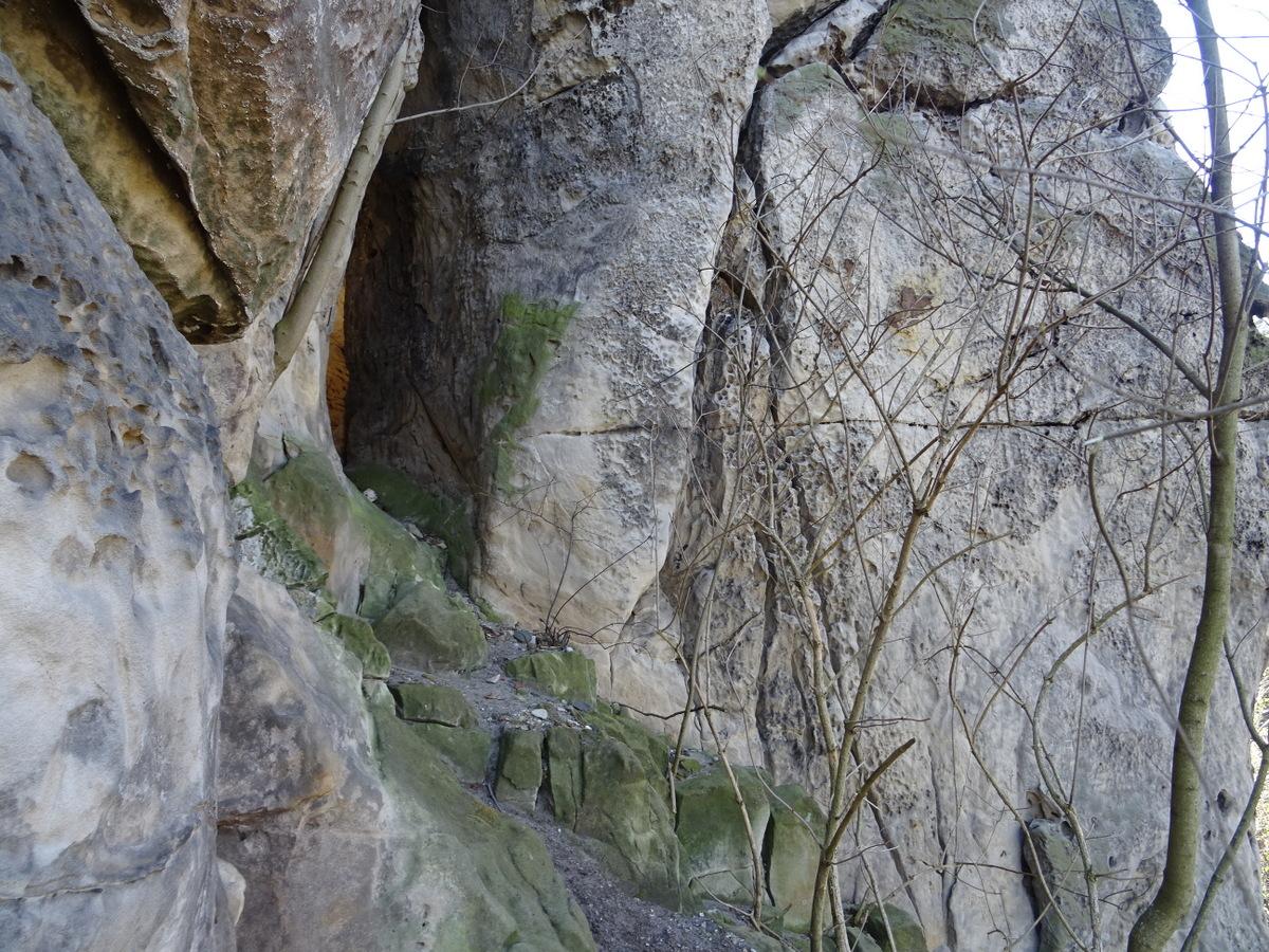 Der Zugang von Außen im Felsenspalt