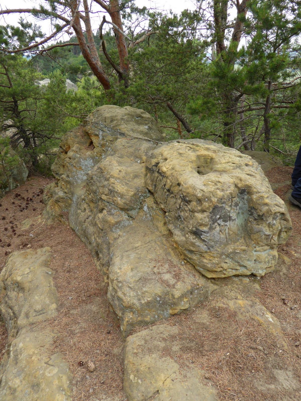 100 m weiter östlich dieser Steinblock mit 3 Sitzen