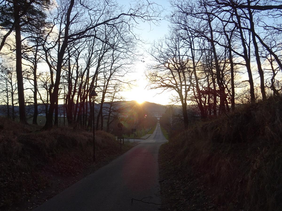 Die Sonne versinkt hinter dem Staufenberg