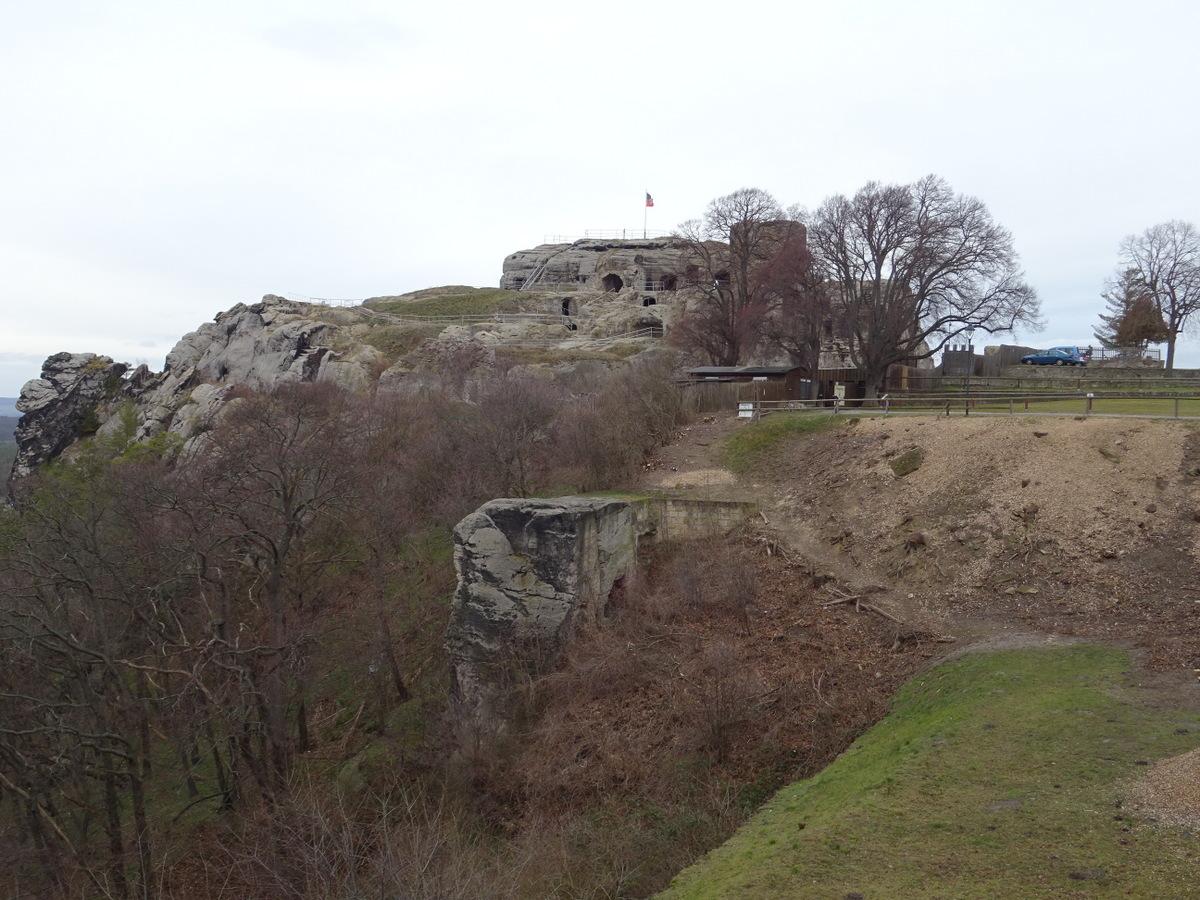 """Der Sandsteinquader vor dem Burgfelsen ist das """"Hurhaus"""""""