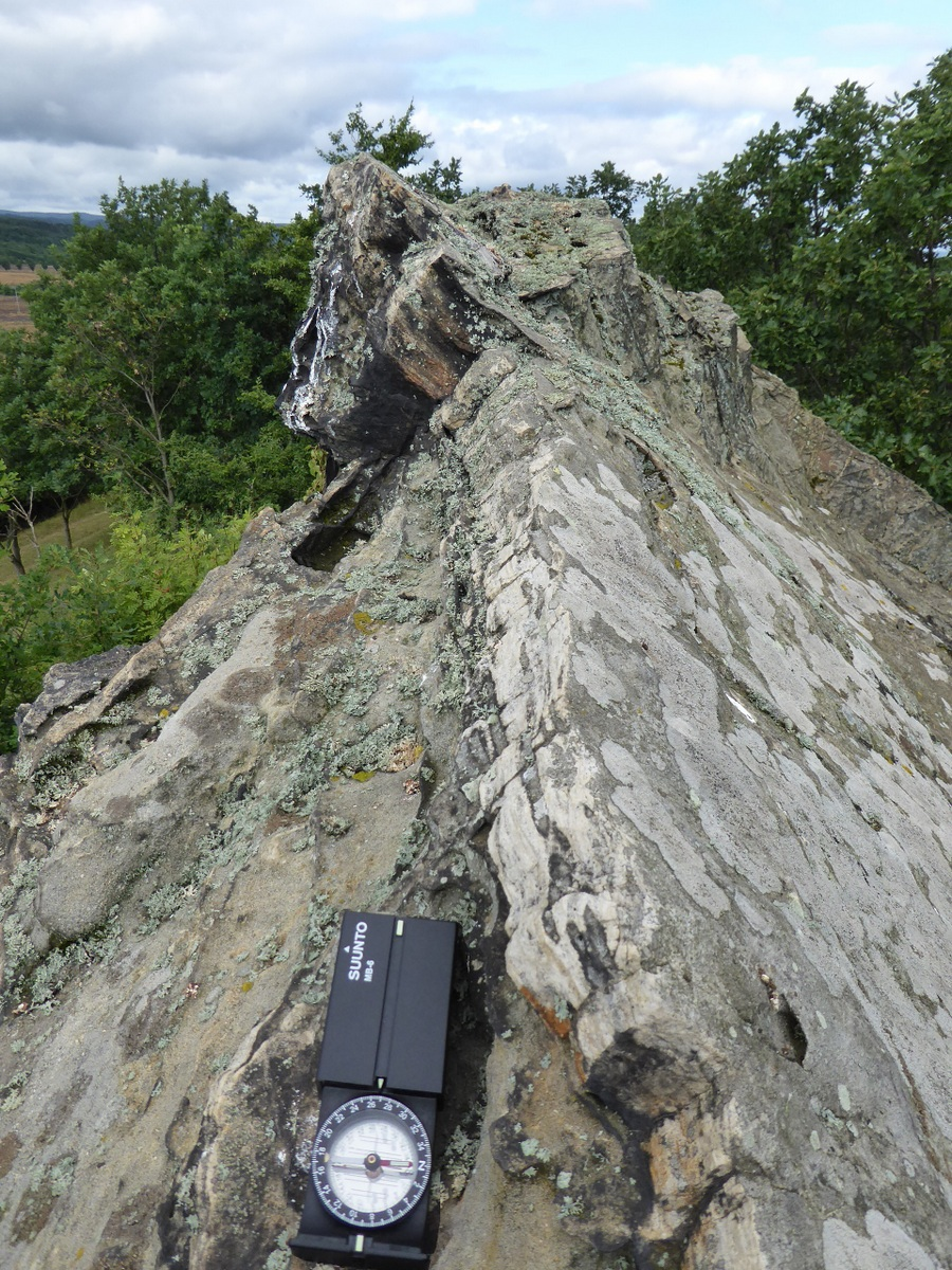 Der Felsengrat zeigt nach Westen, zum Sonnenuntergang Tag-und Nachtgleiche in 270°