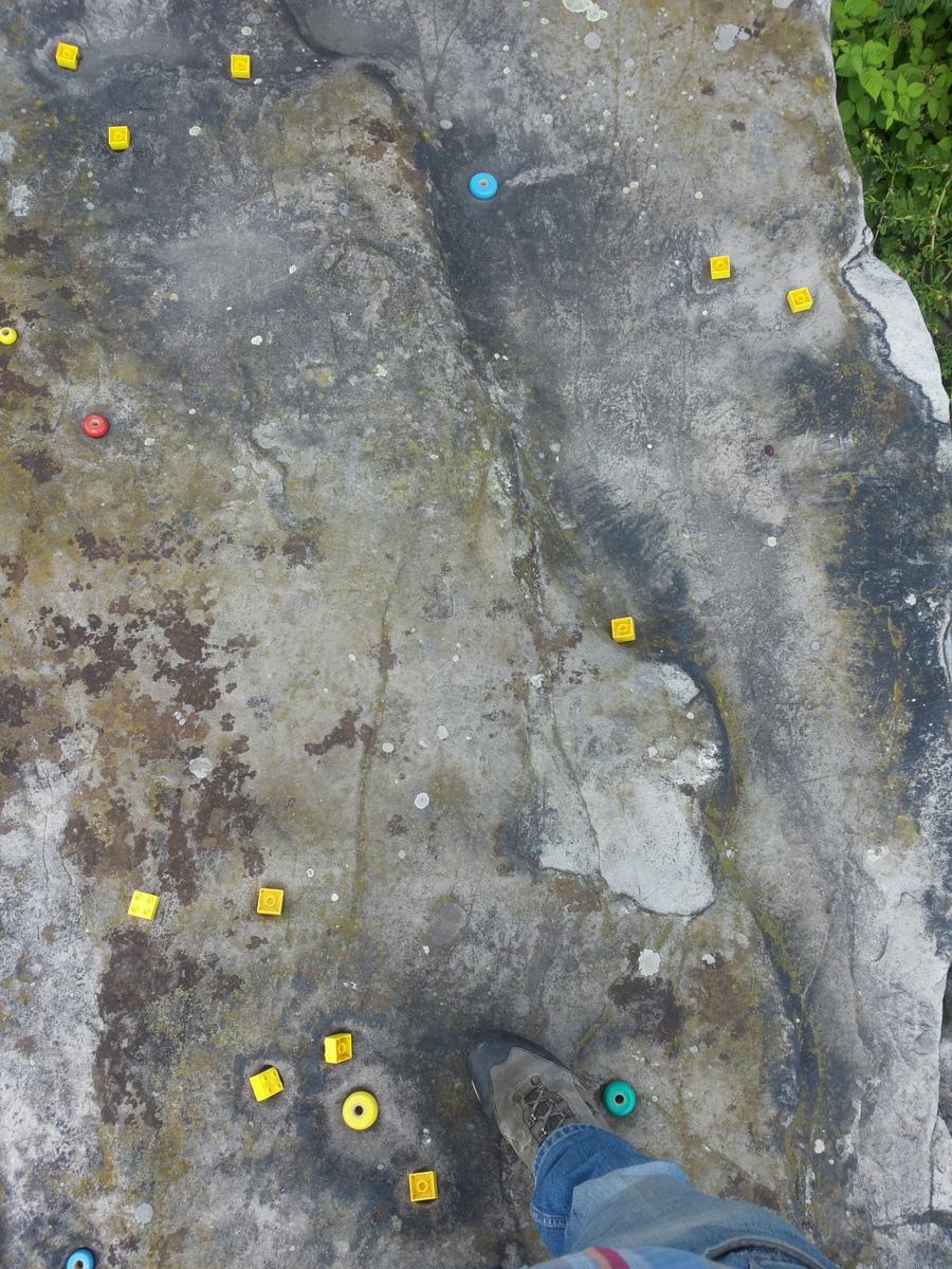 bunte Steine in den Mulden -
