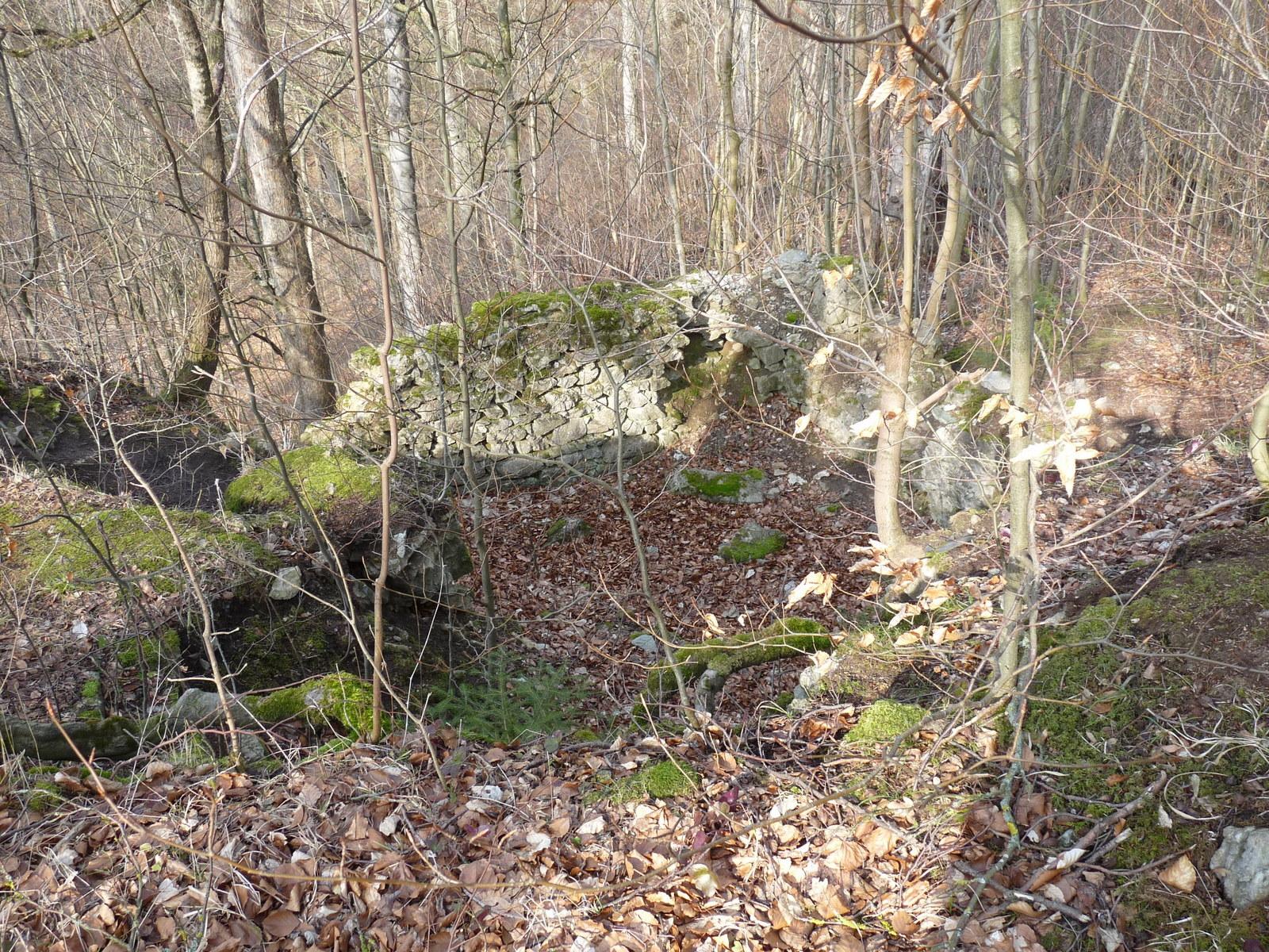 Mauerreste über der Höhle