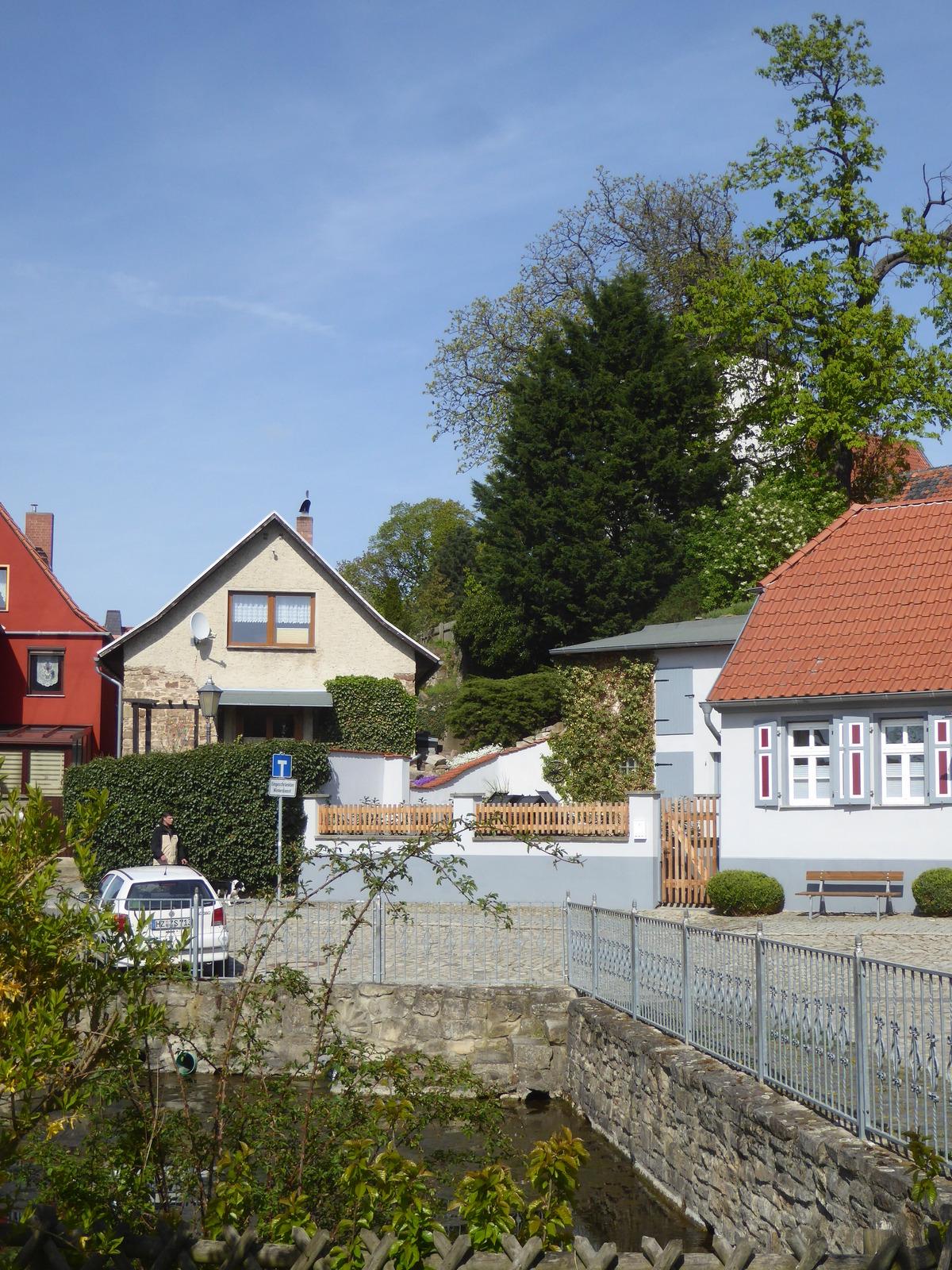 Blick auf die Hauptquelle mit der Kirche hinter den Bäumen
