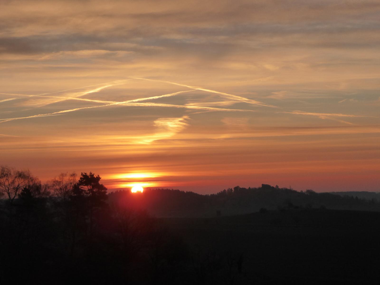 Sonnenaufgang zum Frühjahrsbeginn auf dem Regenstein genau über dem Lehof-Berg