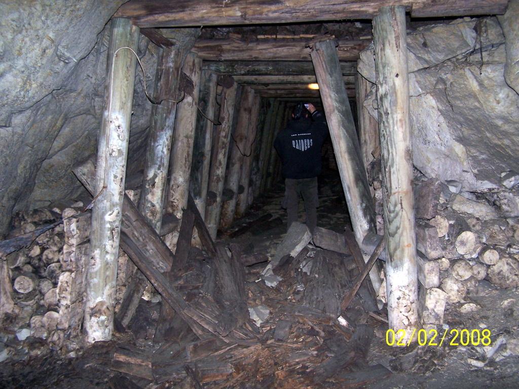 Ein verstürzter Altstollen im Holzausbau