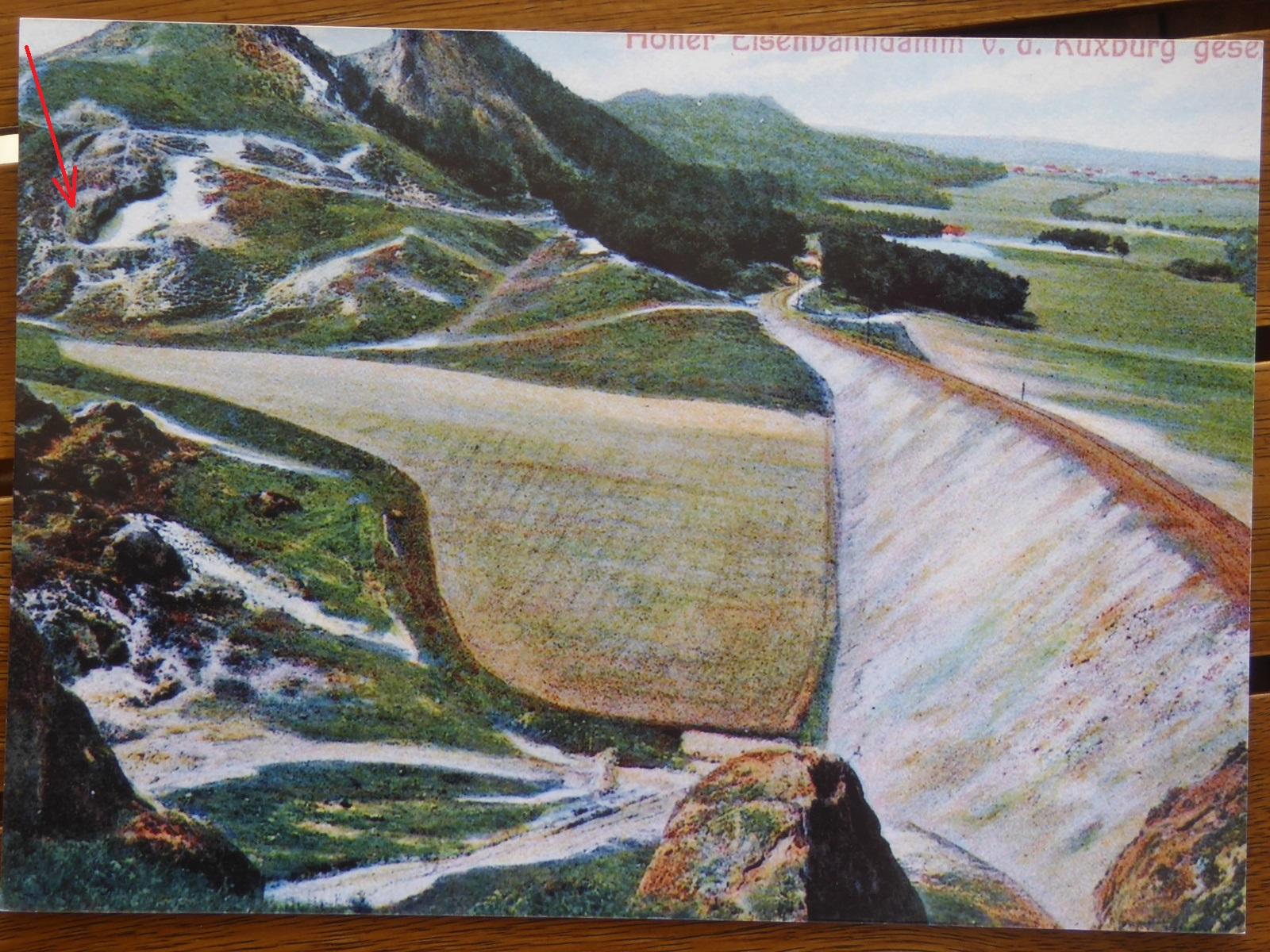 Historische Ansichtskarte mit dem Sandlauf und dem Felsen (roter Pfeil)