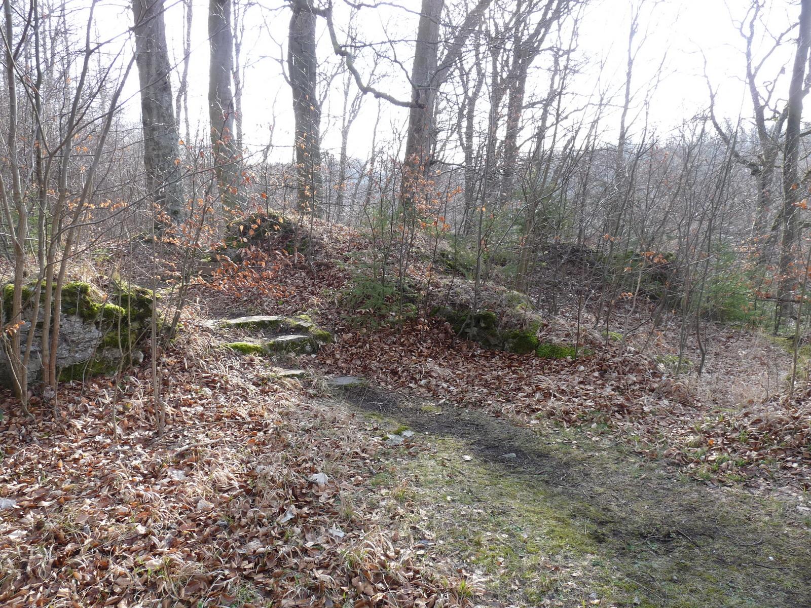 Mauerreste über der Höhle des Klosters