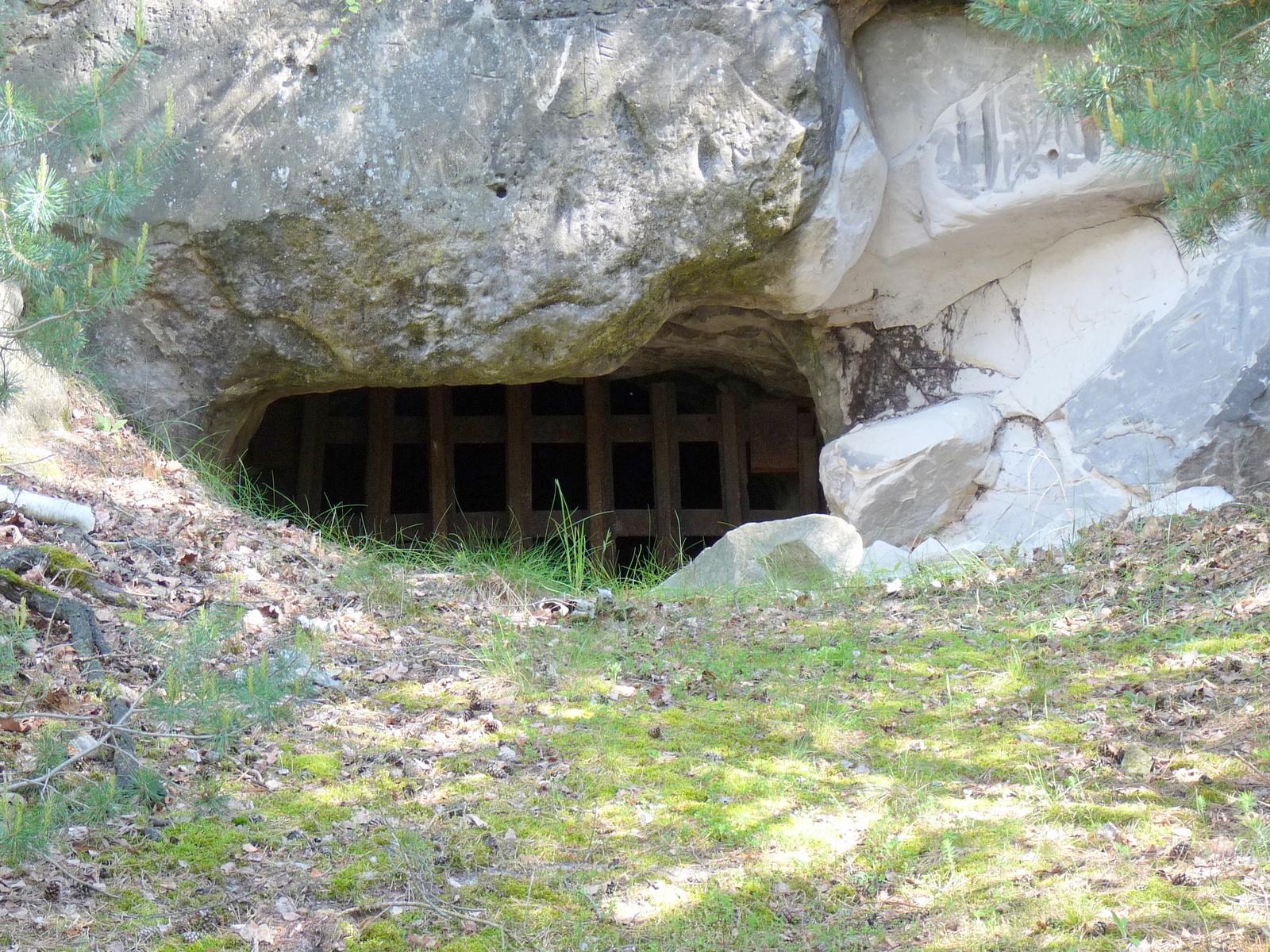 Der vergitterte Eingang zur Champignonhöhle
