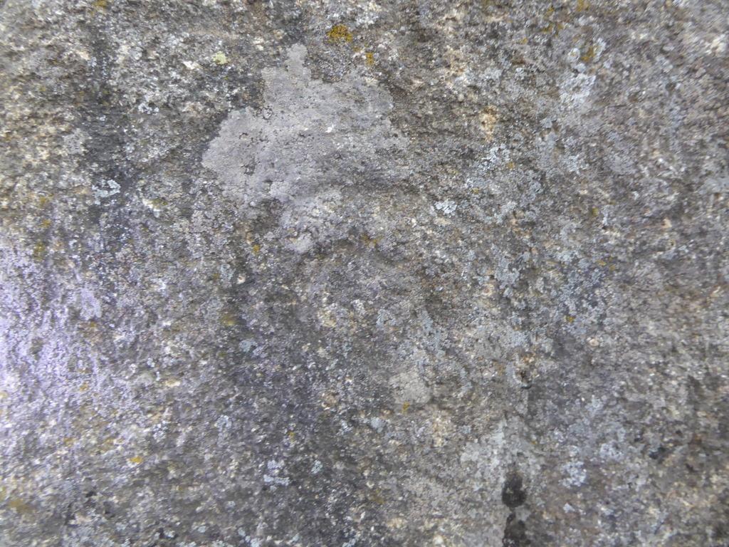 Uralte Markierung im Felsgestein