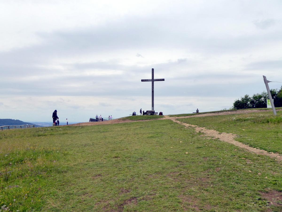 Die Hochfläche mit dem Gipfelkreuz