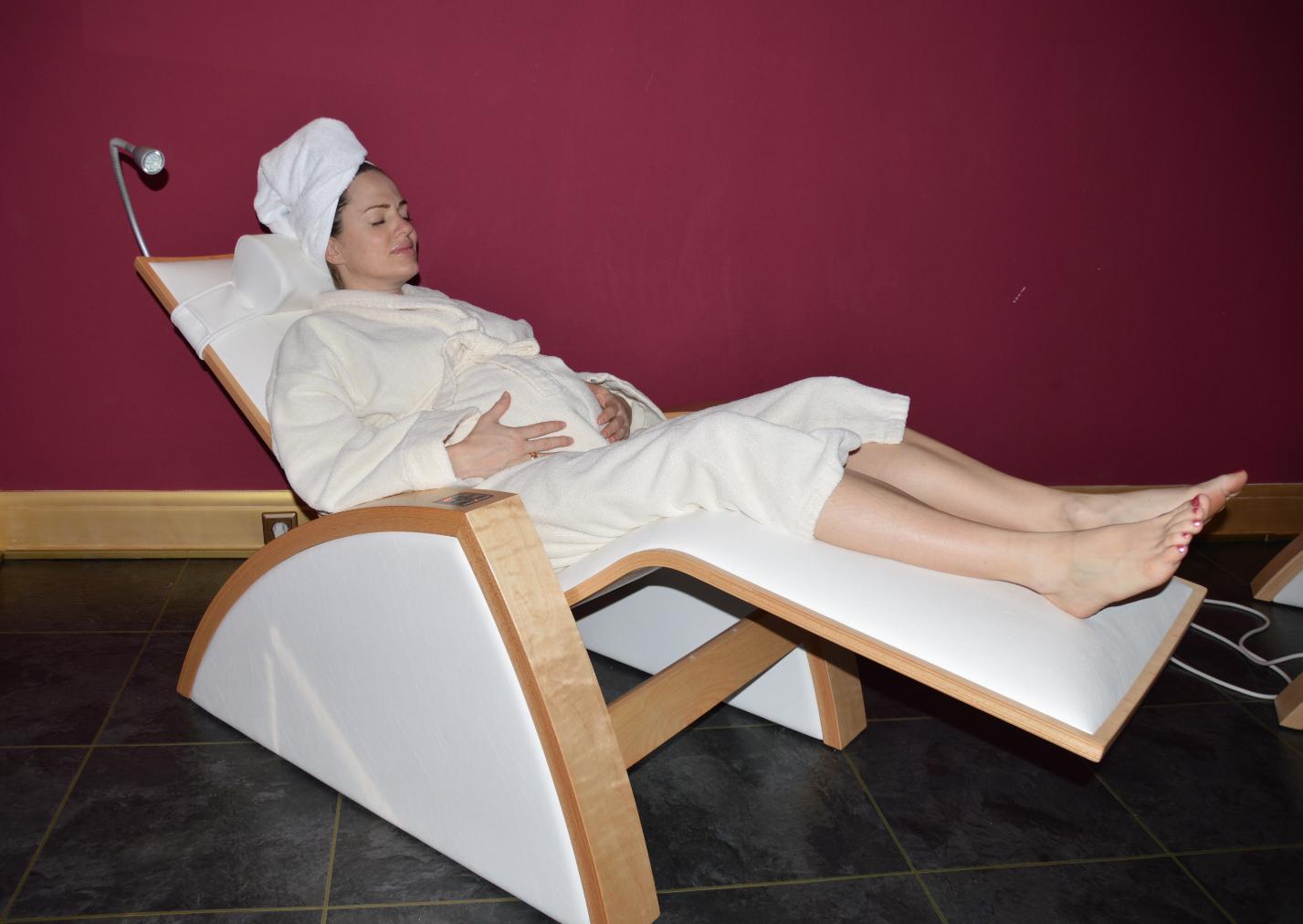 Ivonne entspannt auf einer Wärmeliege