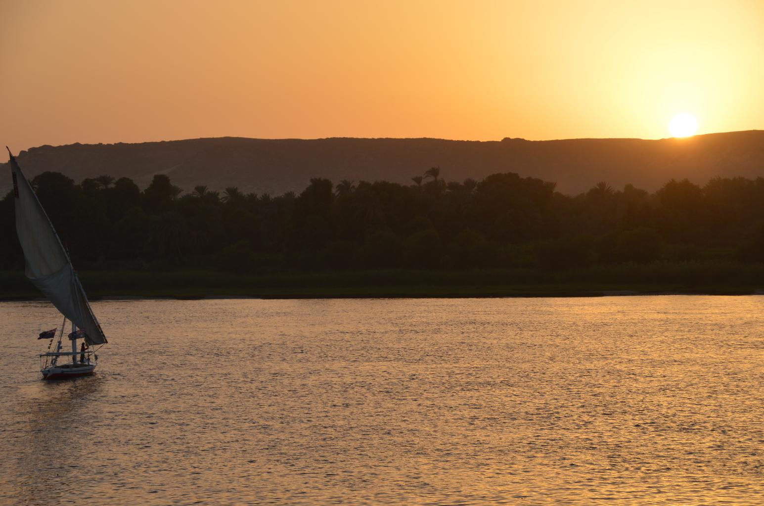 Aperitif auf dem Sonnendeck bei Sonnenuntergang...