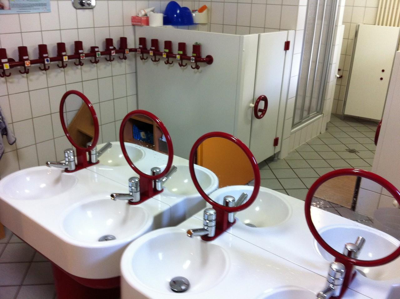 Unser Waschraum mit Dusche und Wickeltisch ...