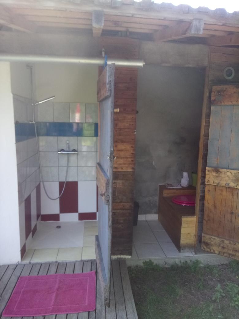 Douche et toilette sèche privatives