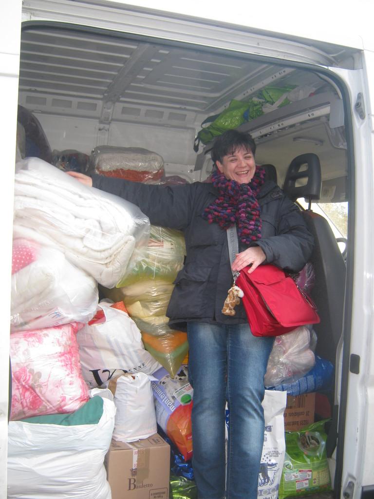 QUESTA E' LA PARTE ANTERIORE DEL FURGONE  dietro la nostra amica ci sono montagne di cibo!!!!!
