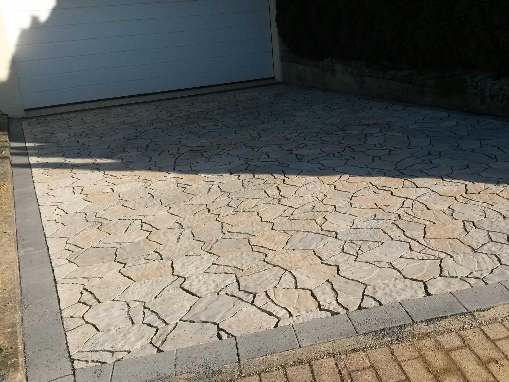 Hofeinfahrt aus Betonpflaster mit besonderer Optik