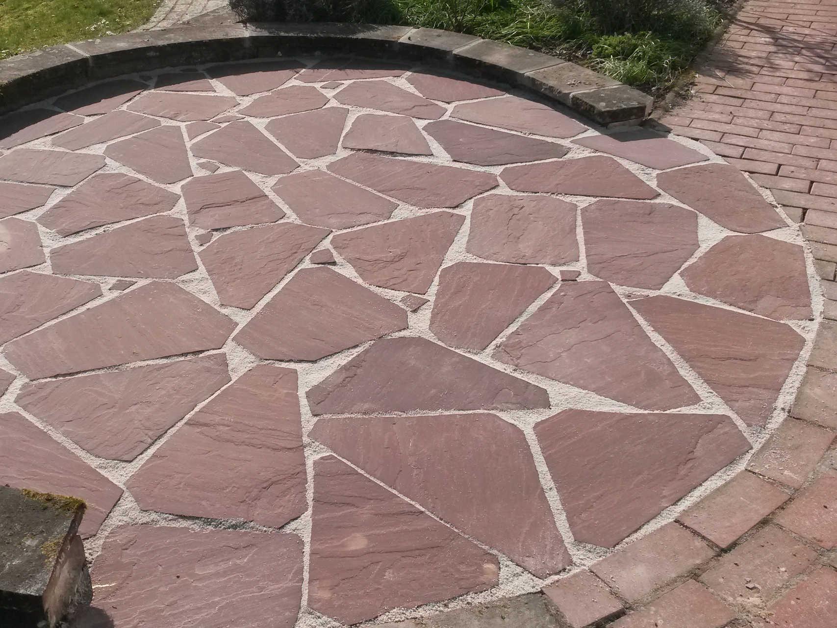 Sitzplatz aus Polygonalbelag ind. Sandstein