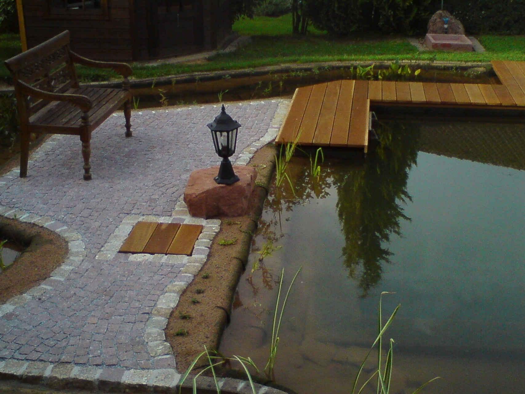Schwimmteich mit Sitzplatz und Holzsteg