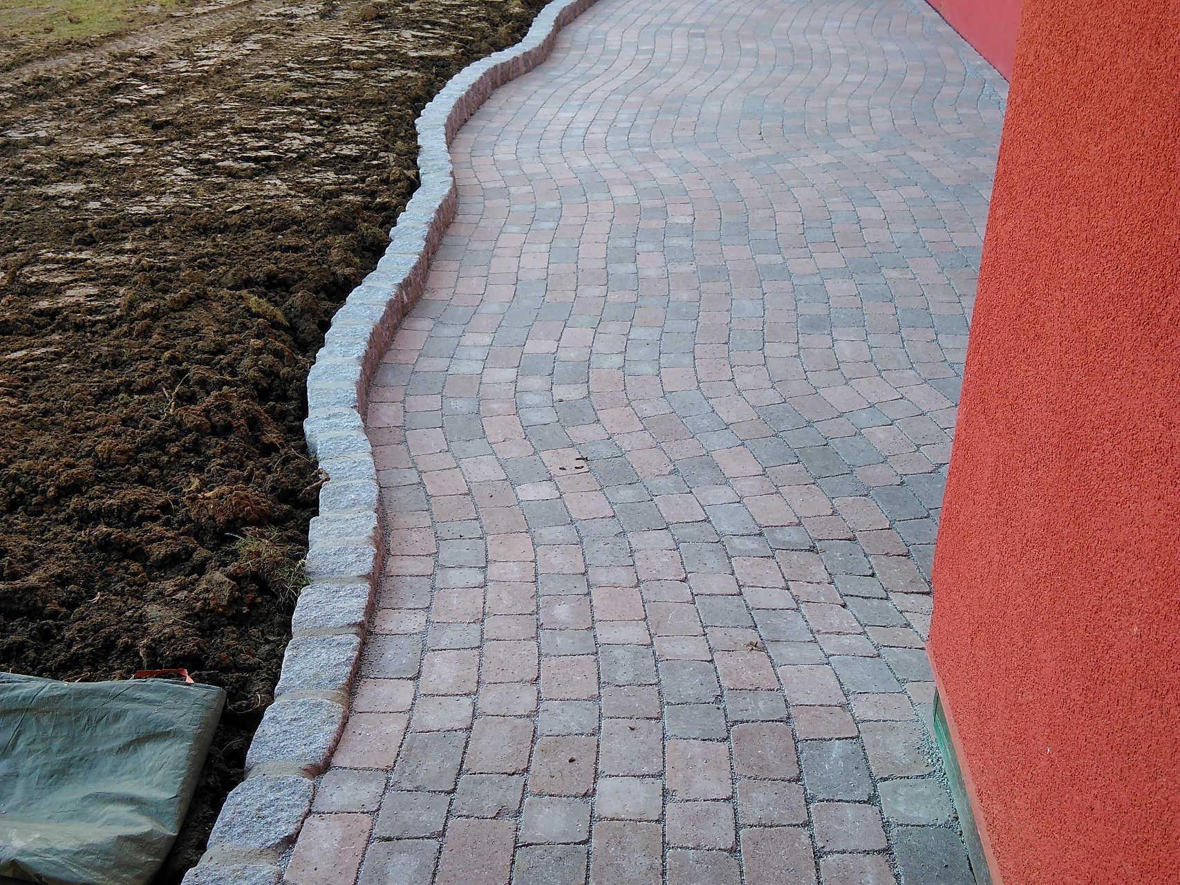 Terrasse aus Ökopflaster kombiniert mit Granitpflaster