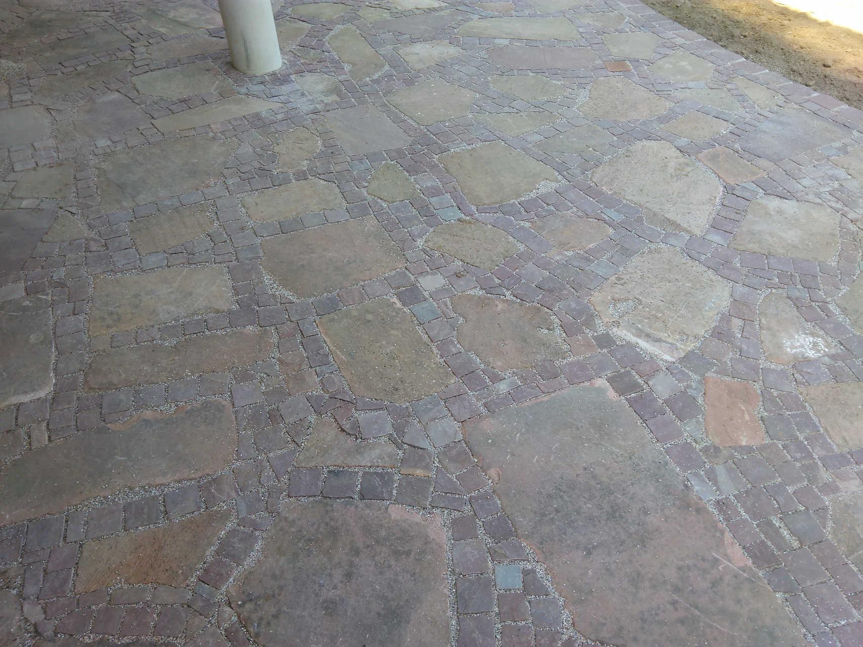 Terrasse aus Buntsandsteinplatten kombiniert mit Kleinpflaster ind. Sandstein