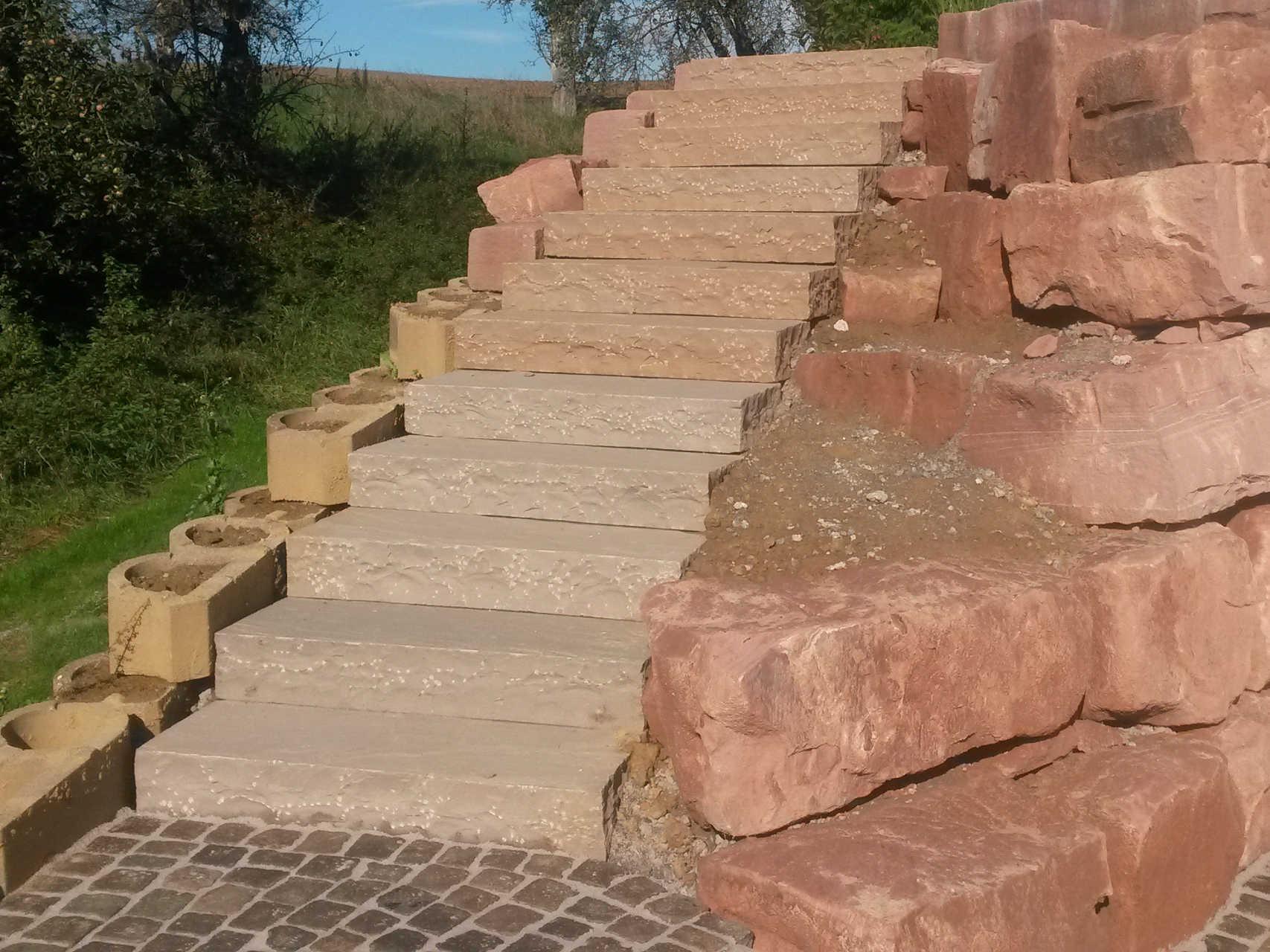 Treppe aus Blockstufen ind. Sandstein