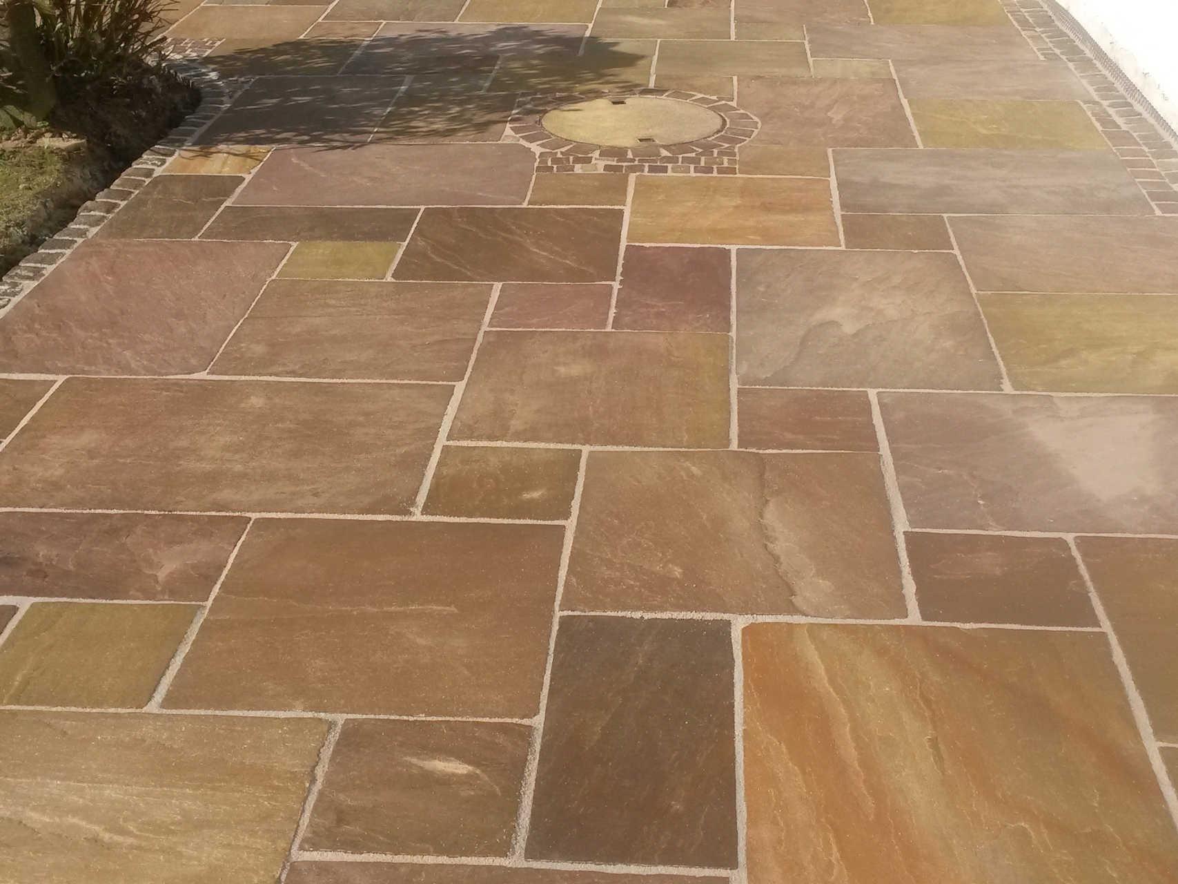 Plattenbelag auf Terrasse aus ind. Sandstein römischer Verband