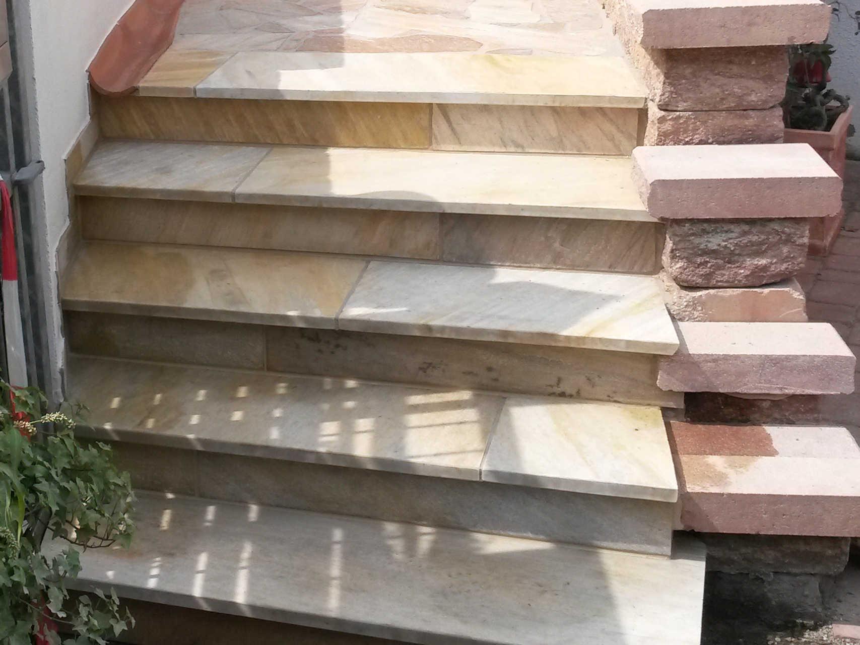 Treppe aus Beton, belegt mit Quarzitplatten und Stellern