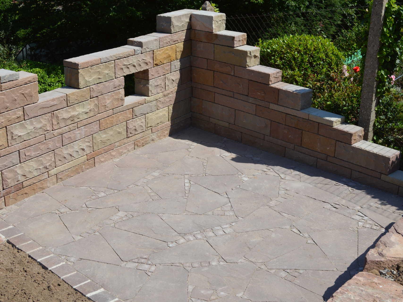 Sitzplatz aus Polygonalplatten mit Kleinpflaster ind. Sandstein