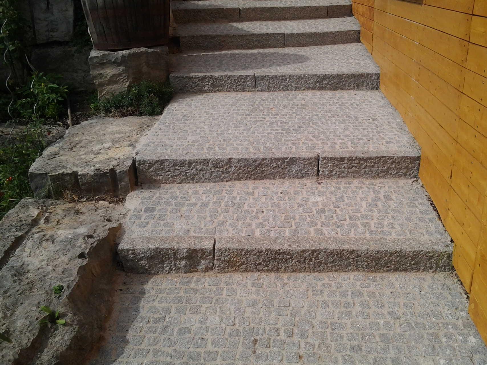Treppe aus Granitleistenstein und Granitpflaster