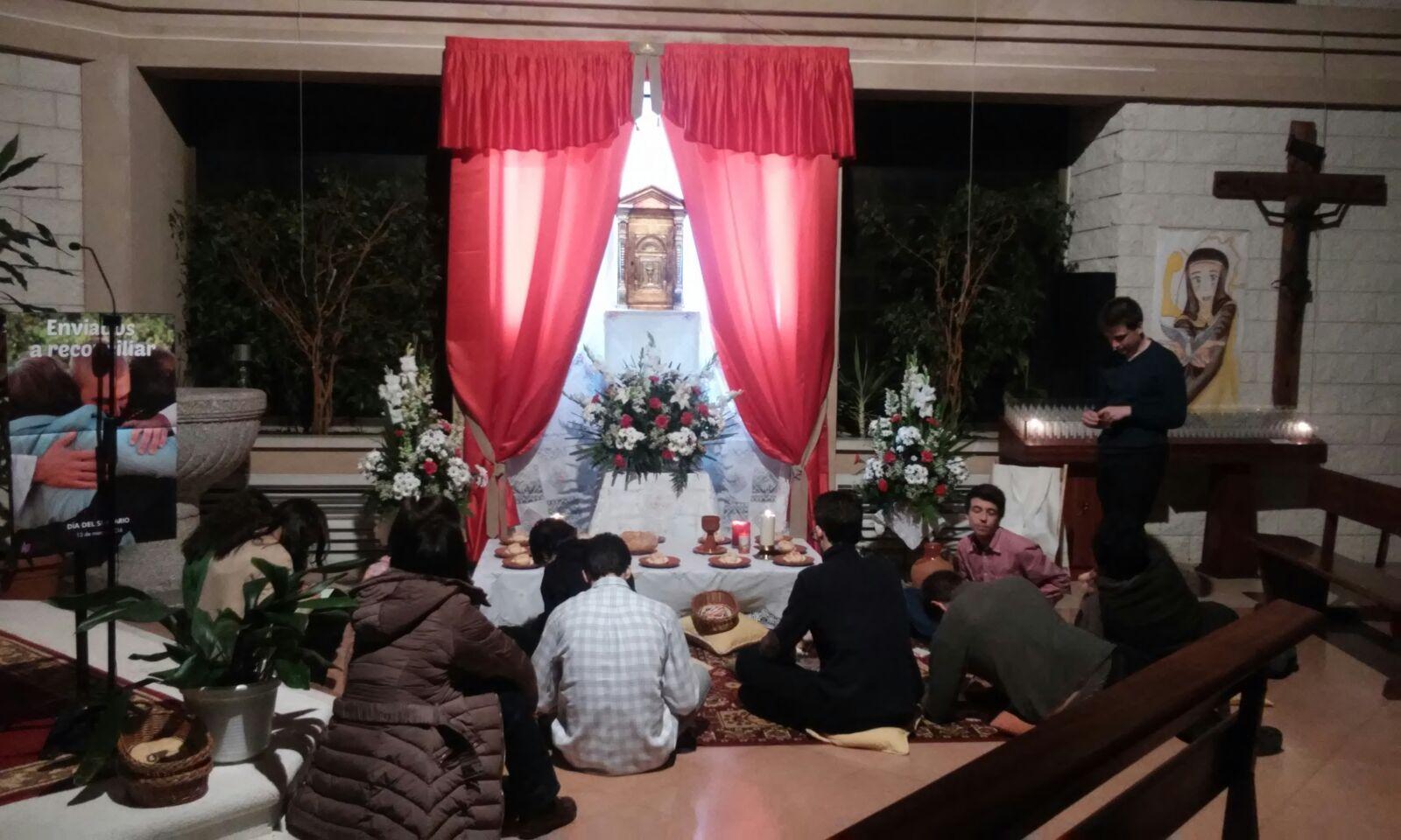 Jóvenes de la parroquia en la Hora Santa del Jueves Santo