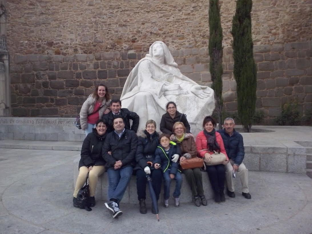 Un grupo de catequistas y colaboradores de la parroquia en Ávila, tras las huellas de Santa Teresa de Jesús, en el V Centenario de su nacimiento