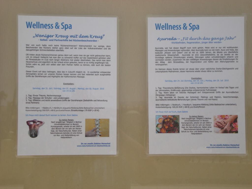 Aushang der Flyer vor dem Wellnes & Spa
