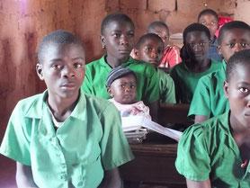 Schüler in Fontsa-Touala – kleine Geschwister müssen mit in den Unterricht © Waltraut Biester