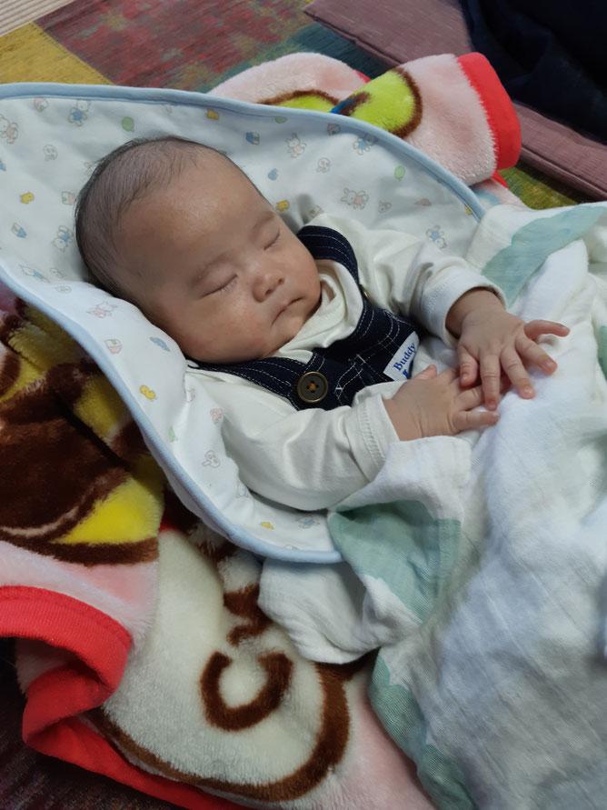 大分県宇佐市母の家に遊びに来てくれた生後1か月の男の子の赤ちゃん えいと君
