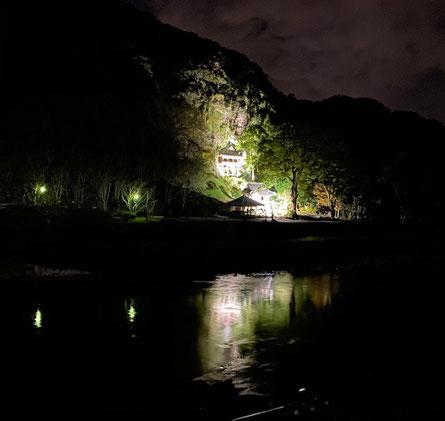 宇佐市上拝田にある鷹栖観音堂のライトアップが、ものすごくきれいで、幻想的です。