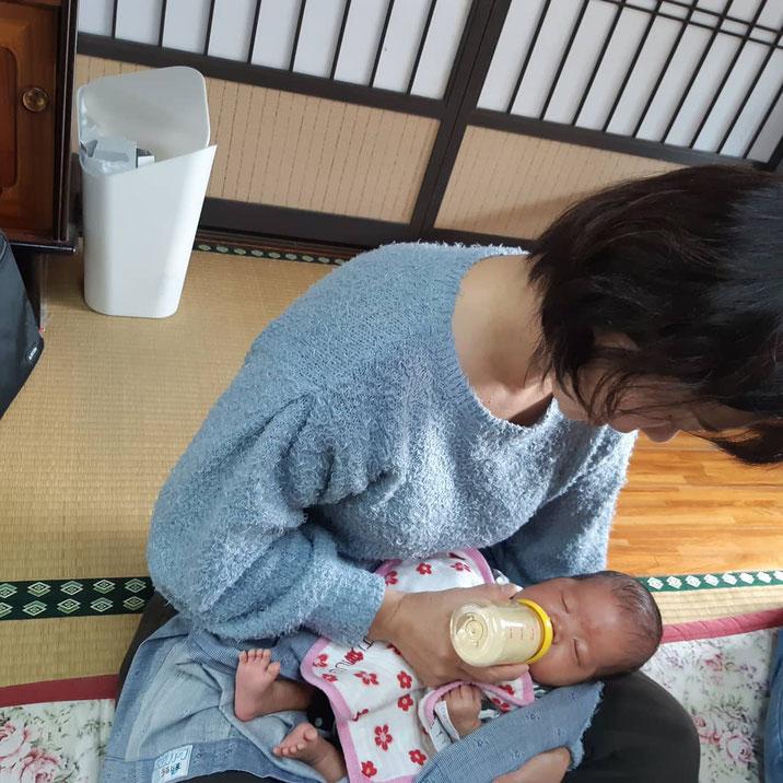 託児の赤ちゃんにミルクを飲ませる宇留嶋助産師