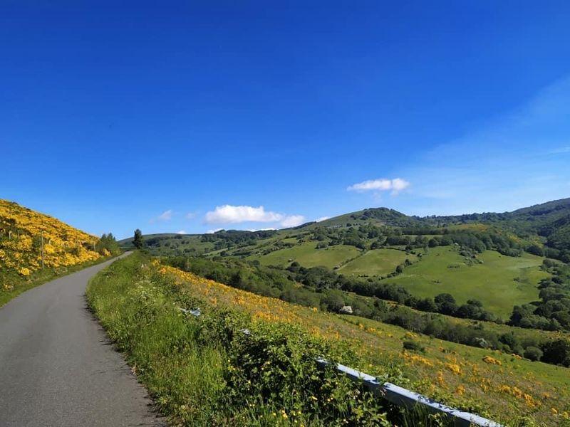 la route qui mène à Plagnes (sejouraubrac.com)