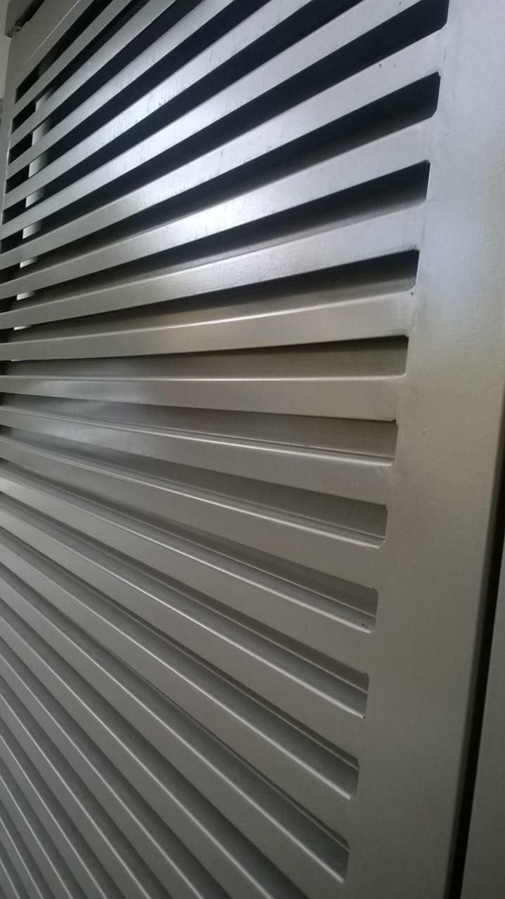 Puerta louver tira z a 90 grudisa metal desplegado for Puerta tipo louver