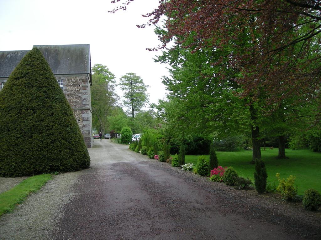Cours du Château de la Salle Montpinchon