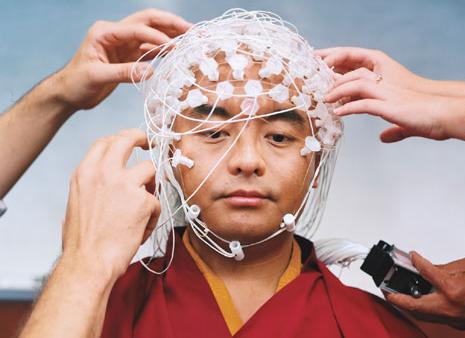 Verdrahtung eines Mönches zwecks neurowissenschaftlicher Untersuchung der Auswirkung von Langzeitmeditation.    Oder: Wie unsere Wissenschaft Bewußtsein erforscht.