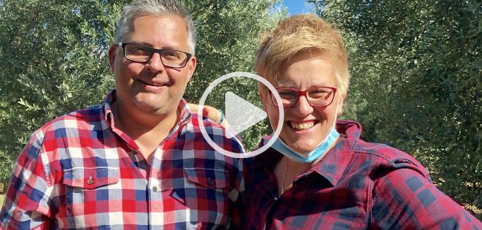 Julia Lakirdakis-Stefanou und Niko Stefanou während der Olivenernte für das Pangaea Olivenöl