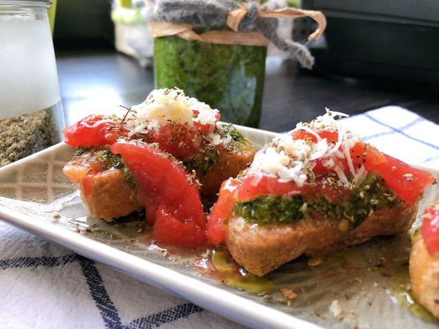 Oder ein leckeres Brot mit Pesto und frische, zerdrückte Tomaten.