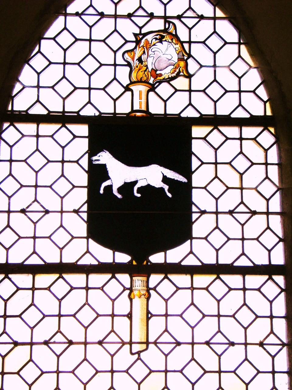 """Armoiries de Lonlay l'abbaye """"de sable au loup courant d'argent"""""""