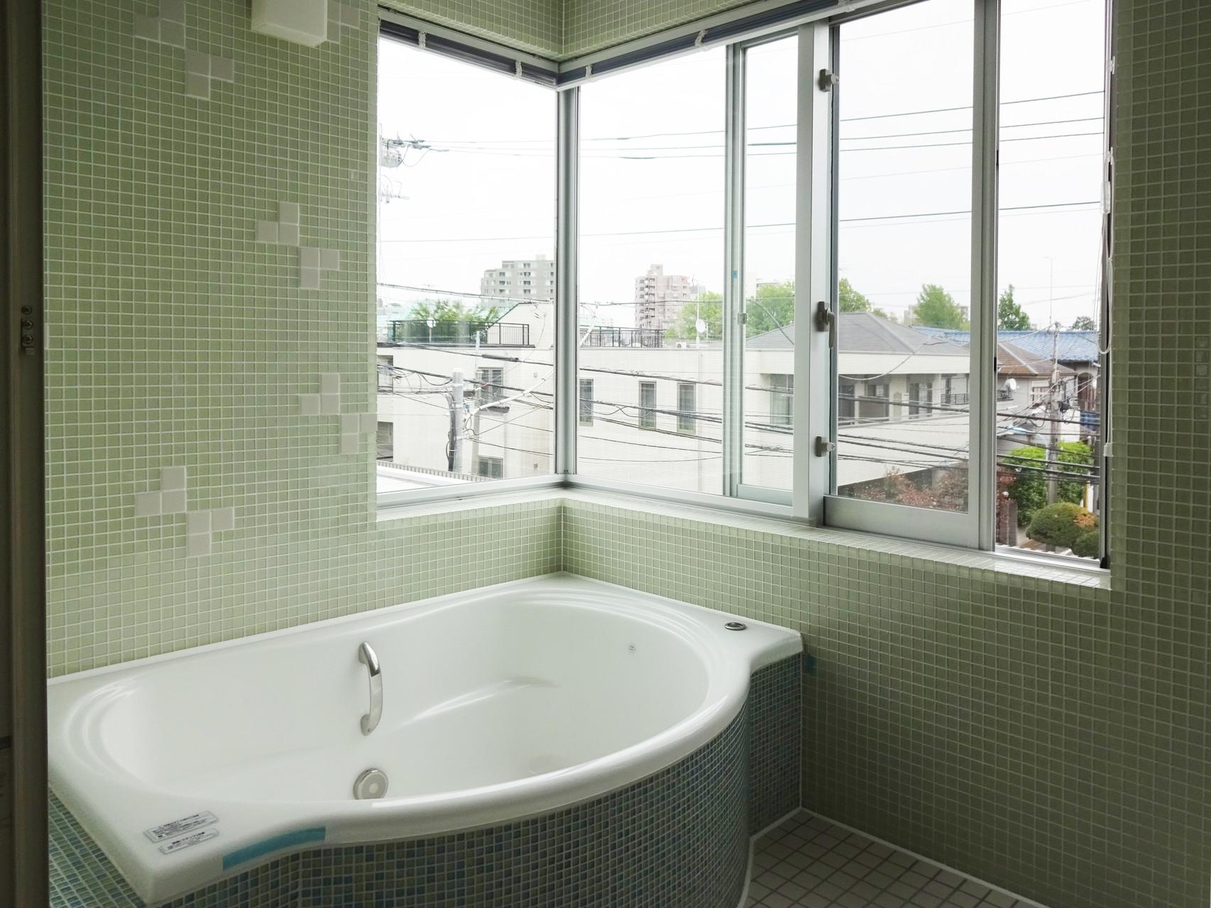 最上階には大きな浴室も